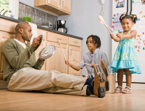 pai-criancas-brincando