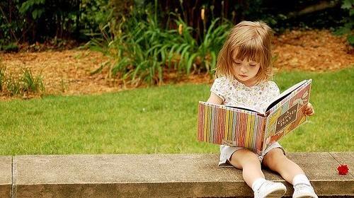 Menina lendo no banco